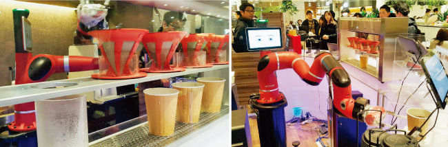 일본 도쿄의 한 백화점 카페에서는 로봇 바리스타가 커피를 만든다. 물을 내려 커피를 만드는 모습과 완성된 커피를 집게손가락 2개로 고객에게 전달하는 모습(왼쪽부터). [김범석 기자]