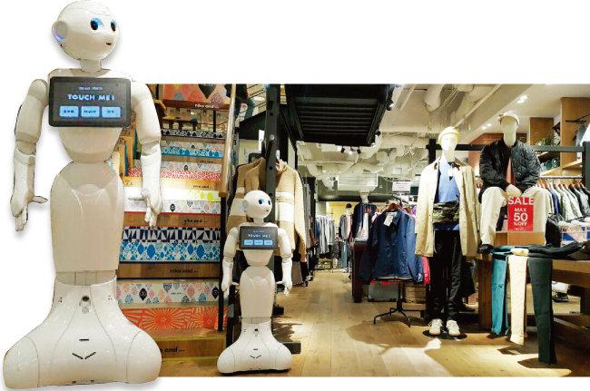 일본 도쿄 하라주쿠에 위치한 의류 브랜드 '니코앤드'에서 손님을 맞고 있는 AI 로봇 페퍼. [김범석 기자]