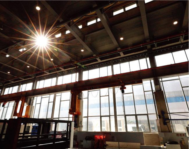 신공장 내부. 한쪽 벽면을 가득 채운 채광창과 옥상으로 뜨거운 공기를 빼는 통풍창을 통해 온도 조절과 공기 순환이 이뤄지도록 했다.