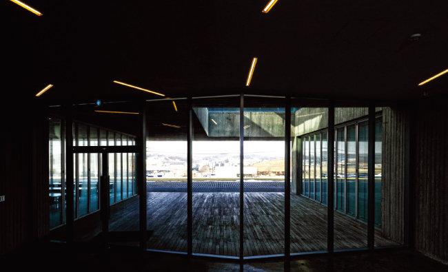 1층 직원식당으로 가는 유선형 통로의 삐뚤빼뚤한 형광등.