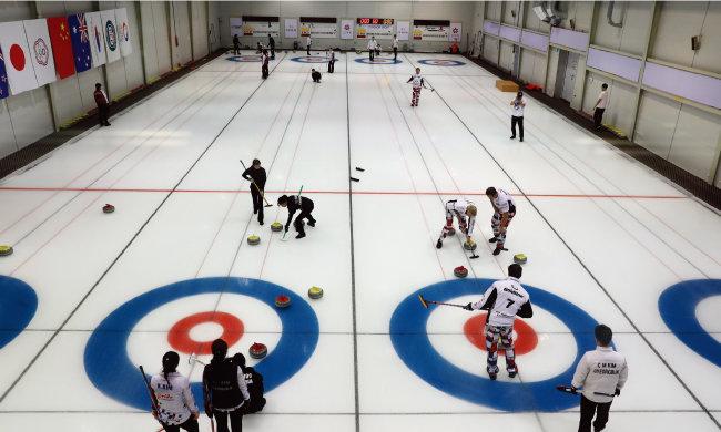 경북 의성군 경북컬링훈련원에서 컬링 경기를 하는 모습. [사진 제공 · 의성군청]