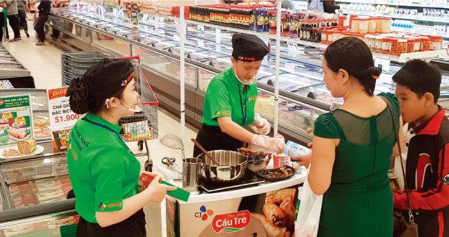 'CJ Cau Tre' 판매직원들이 베트남 호찌민 이온(AEON) 마트에서 '리얼 짜조' 제품을 소개하고 있다. [사진 제공·CJ그룹]