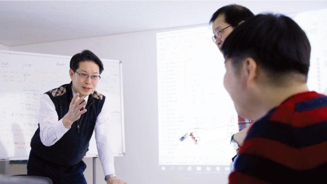 송병일 치안정책연구소장이 연구원들과 위험지역 알림 서비스(다중정보기반 위험방지) 개발 과제에 대해 논의하고 있다. [지호영 기자]