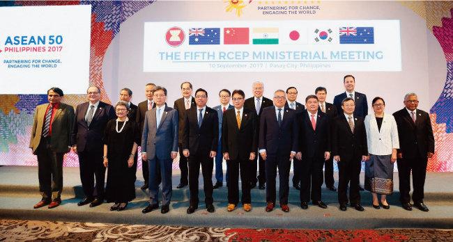 RCEP에 참여하는 16개국 대표들이 회의에 앞서 기념촬영을 하고 있다. [아세안 웹사이트]