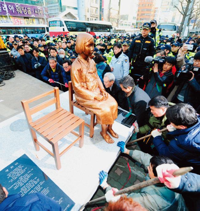 2016년 12월 28일 부산 동구청 직원들이 평화의 소녀상을 강제 철거하려 하고 있다. [동아DB]