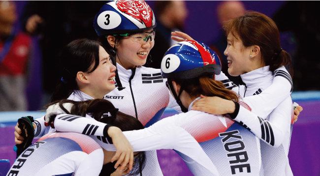 2월 20일 쇼트트랙 3000m 여자계주 금메달이 확정된 뒤 기뻐하는 국가대표 여자선수들.