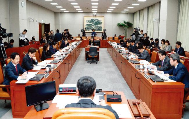국회 헌법개정 및 정치개혁 특별위원회는 2월 19일 오후 전체회의를 열어 6·13 전국동시지방선거에 적용될 광역의원 정수 및 선거구 문제 등을 재논의했다. [동아DB]