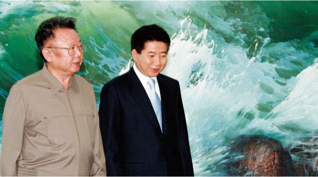 2007년 10월 3일 평양 백화원 영빈관에서 2차 남북정상회담을 마친 당시 노무현 대통령(오른쪽)과 김정일 국방위원장. [뉴시스]