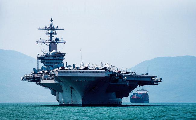 미 해군 칼빈슨호 항공모함 전단이 43년 만에 베트남 다낭항에 기항하고 있다. [미해군]