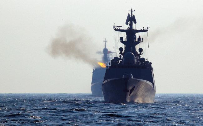 중국 인민해방군 함정들이 남중국해에서 실탄 사격훈련을 실시하고 있다. [중국 군망]