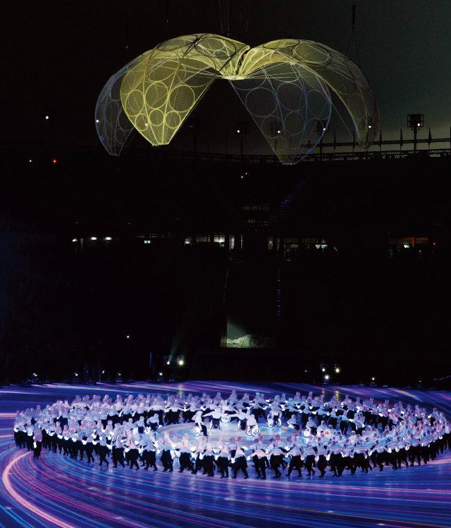 월 9일 오후 강원 평창올림픽스타디움에서 열린 개회식에서 무용수들이 축하 공연을 펼치고 있다. [박해윤 기자]