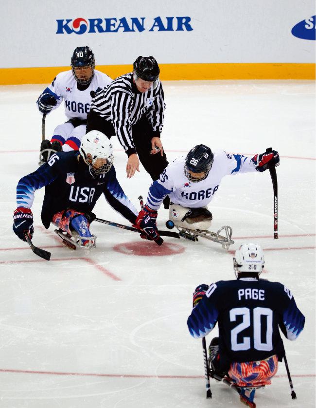 3월 13일 장애인 아이스하키 B그룹 예선 마지막 3차전인 대한민국과 미국 경기. 한국 대표팀은 0-8로 졌지만 B그룹 2위로 4강에 진출했다. [뉴시스]