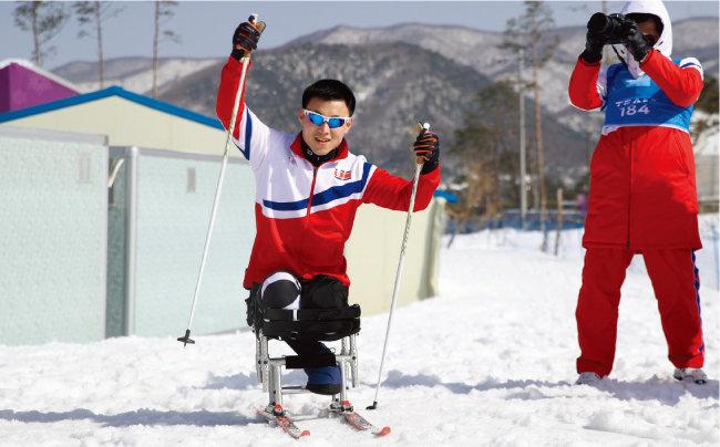 동계패럴림픽에 첫 출전한 북한 김정현 선수가 훈련 중 취재진의 요청에 손을 들어 보이고 있다. [뉴시스]