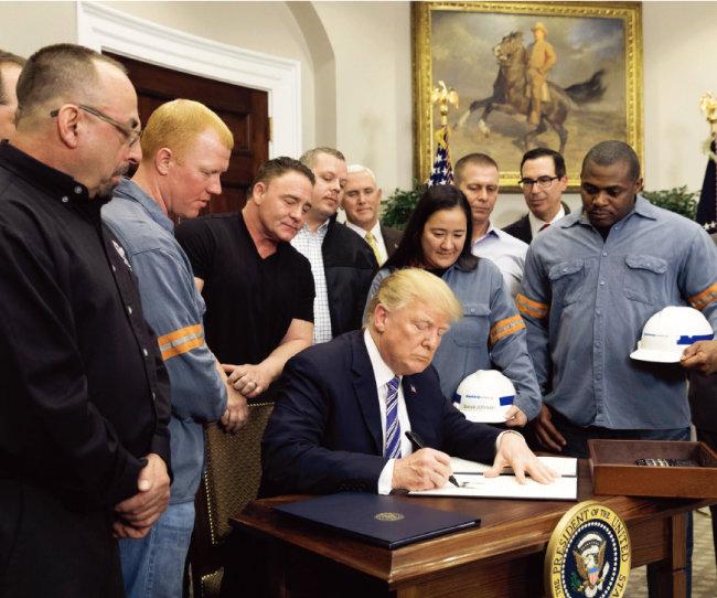도널드 트럼프 미국 대통령이 외국산 철강과 알루미늄에 대한 관세 부과 행정명령에 서명하는 모습. [백악관]