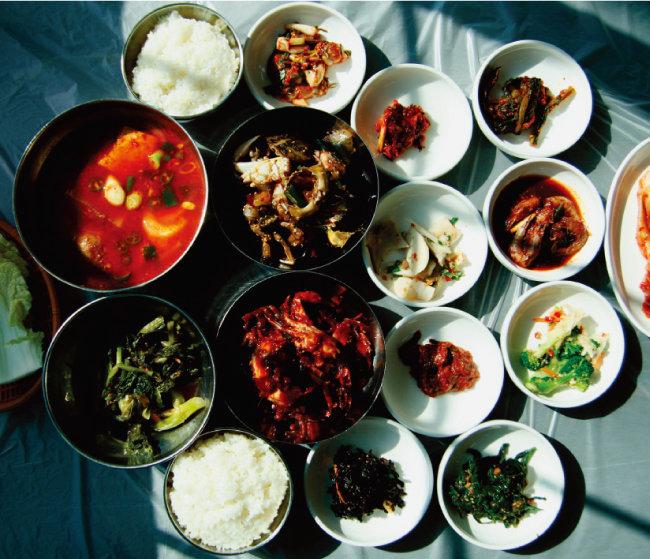 흰쌀밥과 생선이나 해물로 끓인 시원한 국물이 함께 나오는 게장백반 한 상.