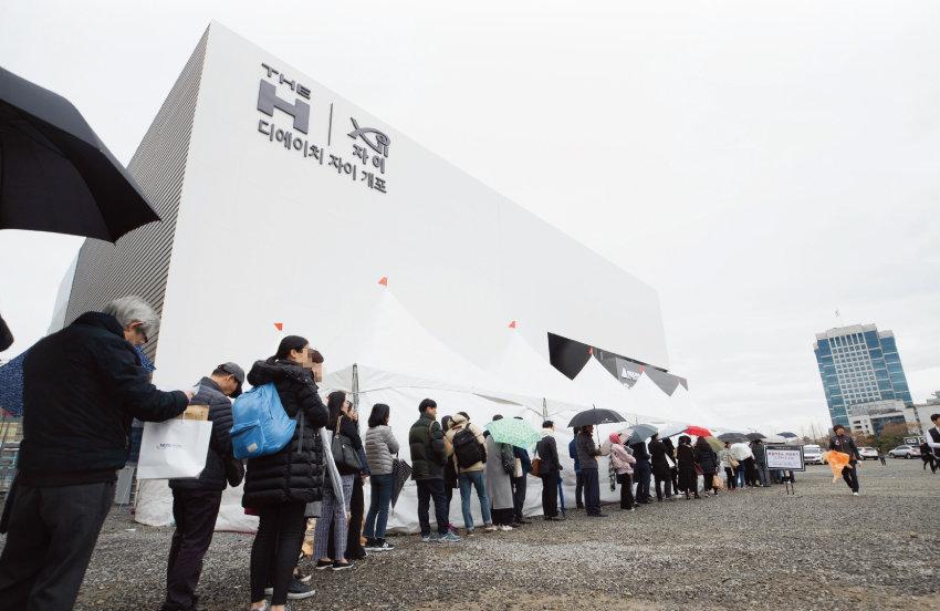 3월 19일 디에이치자이개포 특별공급 신청 당일 서울 서초구 양재동 본보기집 앞은 오전부터 길게 줄을 선 사람들로 붐볐다. [지호영 기자]