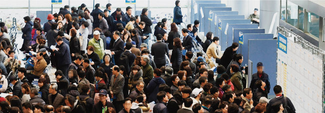 3월 19일 경기 성남시청에서 열린 '2018 희망취업박람회'에 참가한 구직자들. [뉴시스]