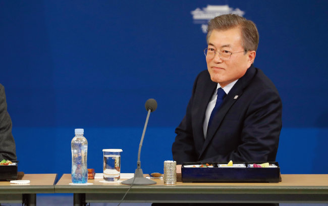 문재인 대통령이 1월 30일 오후 청와대 영빈관에서 열린 장·차관 워크숍에서 참석자들과 도시락으로 만찬을 하고 있다. [사진 제공·청와대]