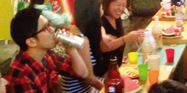 제주 협재 게스트하우스에서 가수 이적(왼쪽)이 공연 후 뒤풀이에서 맥주를 마시고 있다. [사진 제공 · 김작가]