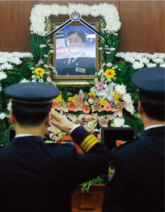 2016년 10월 20일 범인이 쏜 사제총에 맞아 순직한 김창호 경위의 빈소가 마련된서울 송파구 경찰병원 장례식장. [동아일보]