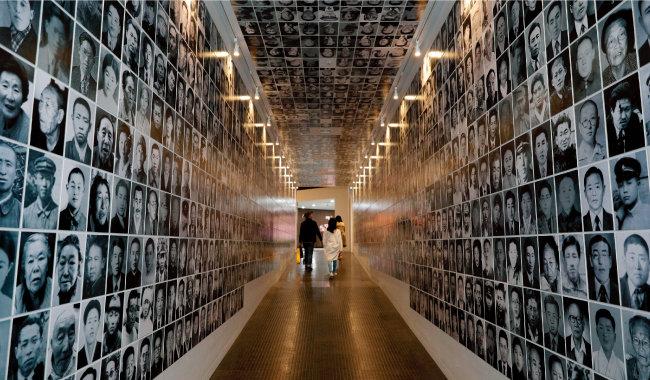 제주4·3평화공원 기념관 내 희생자들의 사진이 전시된 터널.