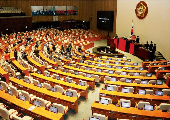 4월 2일 오후 서울 여의도 국회 본회의장에서 더불어민주당과 민주평화당, 정의당 의원들이 본회의가 무산되자 퇴장하고 있다. 이날 본회의는 자유한국당과 바른미래당의 불참 통보로 무산됐다. [뉴스1]