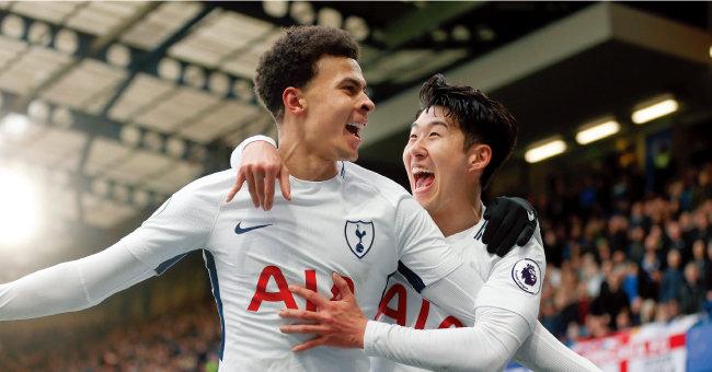 손흥민(오른쪽)이 4월 2일 영국 런던 스탬퍼드 브리지에서 열린 첼시 FC와 경기에서 골을 넣은 델레 알리와 함께 기뻐하고 있다. [동아일보]