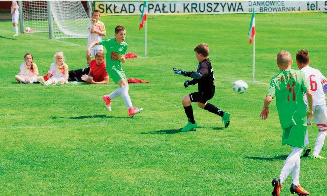 유럽 유소년 축구팀의 훈련 모습. 한국과 다르게 훈련도 치열한 생존 경쟁의 연장이다. [동아일보]