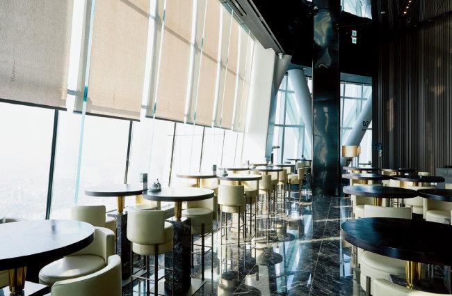 와인과 풍경을 함께 즐길 수 있는 롯데월드타워 123층의 유료 라운지 '123라운지'. [홍중식 기자]