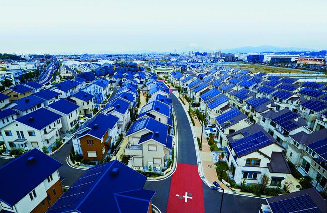 일본 가나가와현 후지사와시 스마트 타운 지붕에 설치된 태양광 패널.