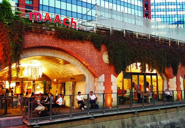 아키하바라역 근처 고가 철도 밑에 들어선 패션 쇼핑몰 마치 에큐트.