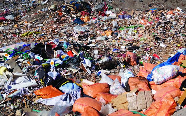 강원 인근의 한 건축물 쓰레기 매립장. 인류가 버린 쓰레기가 지형은 물론 대기에도 큰 영향을 미치고 있다. [사진 제공=뉴스1]