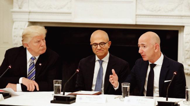 2017년 6월 미국 백악관에서 열린 미국기술위원회(ATC) 회의석상에서 제프 베이조스 아마존 최고경영자(오른쪽)의 말을 경청하는 도널드 트럼프 대통령(왼쪽). [뉴시스]