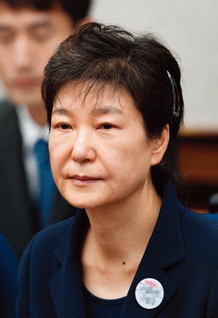 4월 6일 박근혜 전 대통령은 1심에서 징역 24년형에 벌금 180억 원을 선고받았다. [뉴시스]