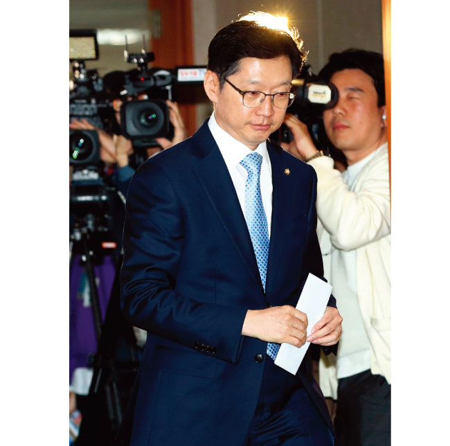 더불어민주당 김경수 의원이 4월 16일 기자회견을 하기 위해 국회 정론관으로 들어가고 있다. [동아DB]
