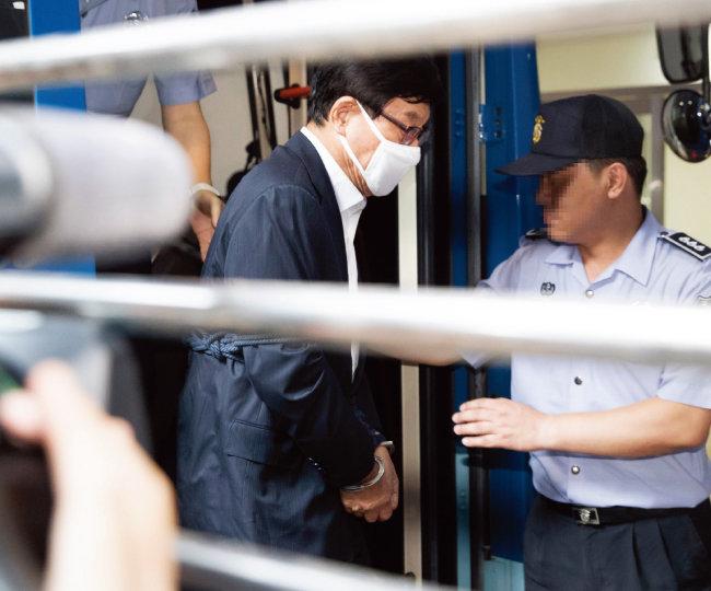 댓글 여론조작 등 불법 국내정치 공작을 진두지휘한 의혹을 받고 있는 원세훈 전 국가정보원장.