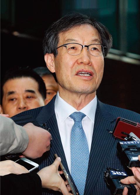 최근까지도 강한 경영 의지를 보였던 권오준 포스코 회장이 돌연 사퇴를 결심하자 그 배경을 두고 여러 추측이 나오고 있다. [동아DB]