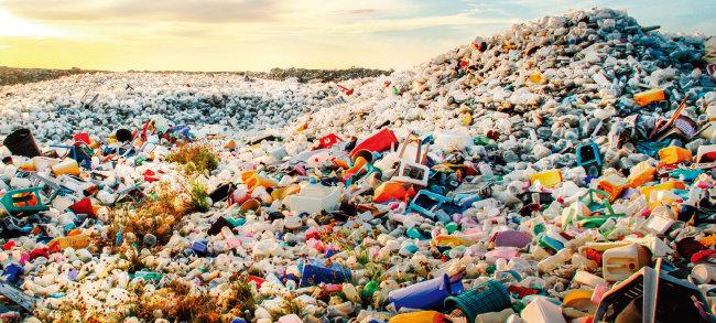 인류 멸망 뒤에도 사라지지 않고 오랫동안 지구에 남을 플라스틱 쓰레기. [shutterstock]