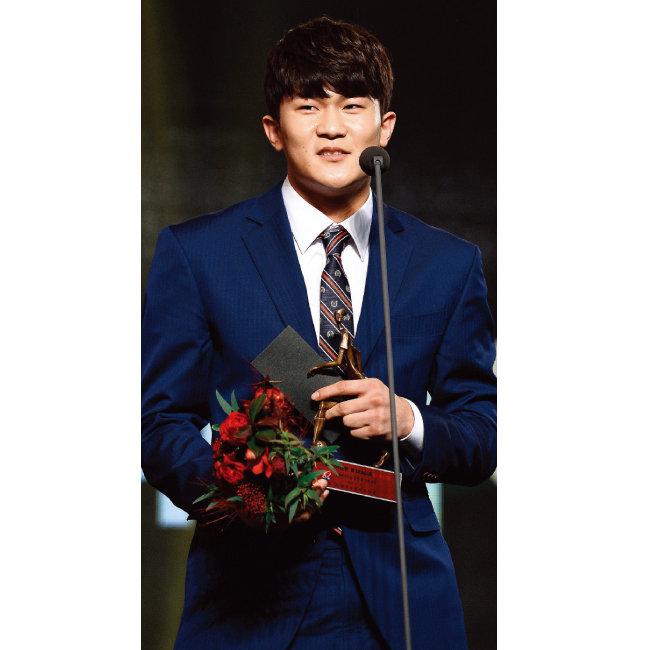 김민재(전북현대모터스)가 'K리그 2017 대상'에서 영플레이어상을 수상했다. [동아일보]
