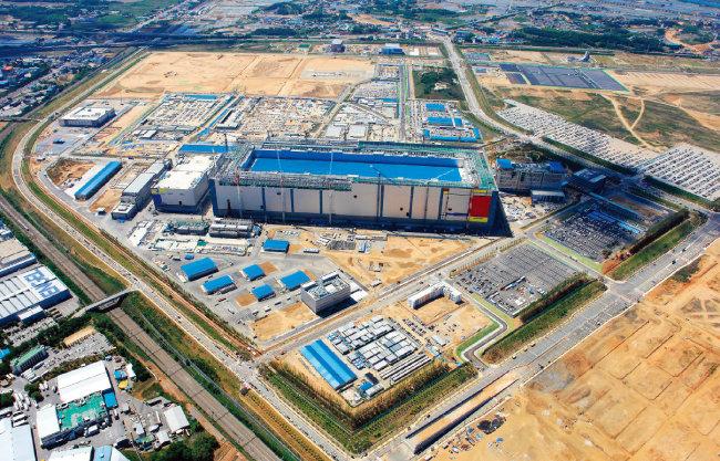 삼성전자는 2017년 경기 평택시에 세계 최대 규모의 반도체 공장을 본격 가동했다. [동아DB]