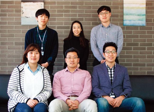 싸이토딕스 연구원들과 선우요섭 대표(앞줄 가운데), 김민석 대구경북과학기술원 교수(앞줄 오른쪽). [사진 제공 · ㈜싸이토딕스]