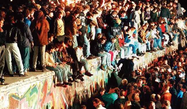 베를린 장벽이 무너지자 몰려든 시민들. 서독과 동독은 1972년 통일을 포기하고 별개의 독립국가가 되는 기본조약을 맺은 뒤 18년 후인 1990년 통일됐다. [동아DB]