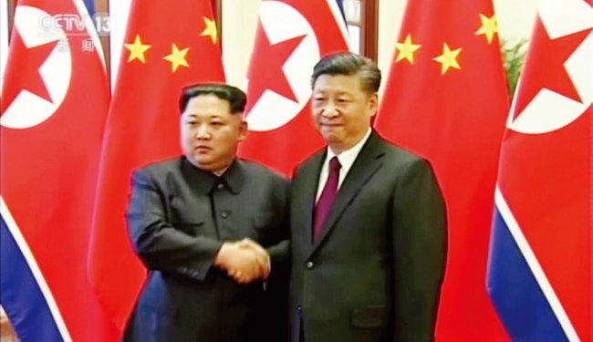 중국 베이징을 방문해 시진핑 중국 국가주석(오른쪽)을 만난 김정은 북한 국무위원회 위원장. [뉴시스]