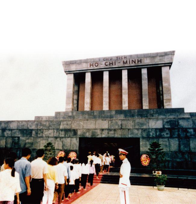 남북 베트남은 파리협정(정전협정)을 통해 열전을 끝냈으나 북부 베트남이 베트콩을 통한 봉기에 성공해 공산주의로 베트남을 통일했다. 사진은 베트남 하노이에 있는 호찌민 기념관. [동아DB]