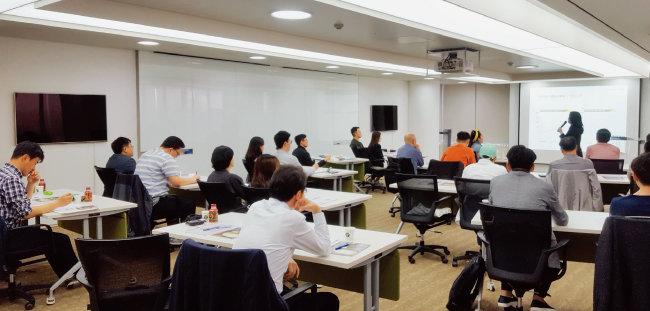 4월 29일 서울 광화문 동아미디어센터에서 영주 닐슨 성균관대 경제학과 교수가 '길게 보고 멀리 가는 글로벌 투자법' 강의를 하고 있다.
