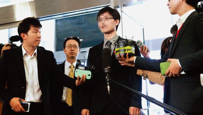 고(故) 신해철 씨 장협착 수술을 집도한 의사 강 모씨가 2014년 11월 9일 서울 송파경찰서로 들어서면서 기자들의 질문에 답하고 있다. [동아일보]