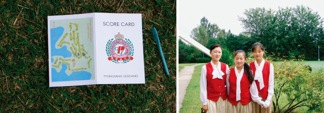 스코어 카드에 평양골프장이라고 쓰여 있다(왼쪽), 평양골프장 캐디들.