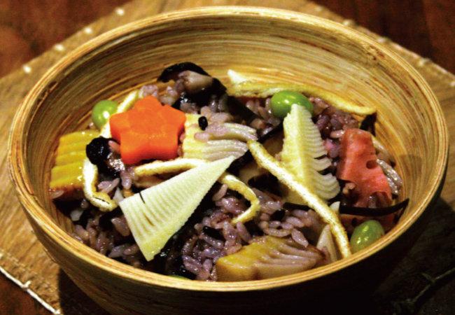 찹쌀과 흑미를 섞어 지은 죽순밥.
