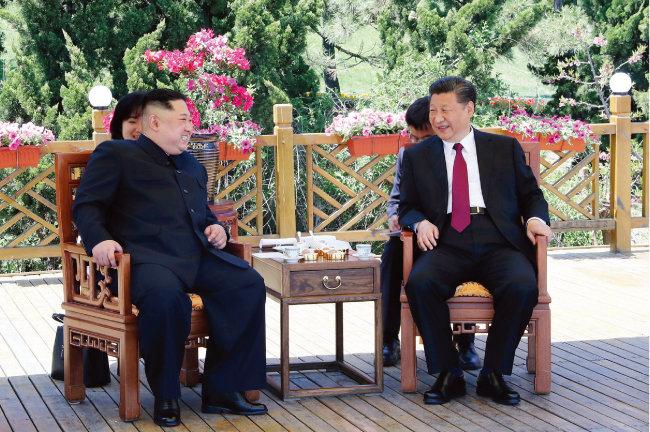 김정은 북한 국무위원회 위원장(왼쪽)이 5월 8일 중국 다롄 동쪽 외곽 해변에 있는 방추이다오(棒槌島) 영빈관에서 시진핑 중국 국가주석과 만나고 있다. [동아DB]