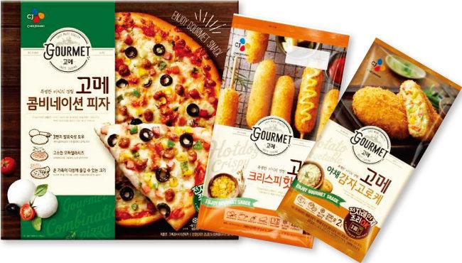 쫄깃한 도우와 모차렐라 치즈로 이탈리아 정통 피자를 구현해낸 고메 콤비네이션 피자, 바삭함이 일품인 고메 크리스피핫도그, 생빵가루를 사용한 고메 고로케(왼쪽부터).